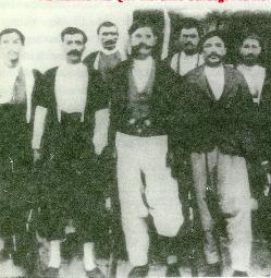Bava Ibrahim, fils de Seyid Riza et Sahan Axa, chef de tribus des Bahtiar, avec d'autres jeunes de Dersim.