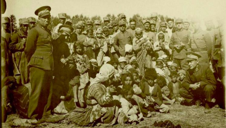 Femmes et enfants arrêtés pour être déportés dans les années 1937-1938.